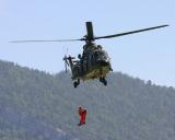 Super Puma AS332 beim absetzen von Rettern